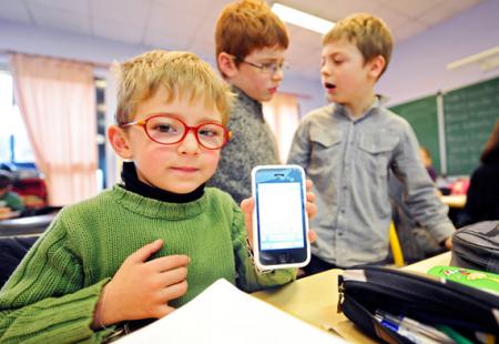 53% школьников круглосуточно сидят в сети со смартфонов